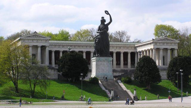 https://upload.wikimedia.org/wikipedia/commons/b/b9/Bavaria_2.jpg