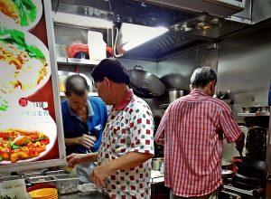 Hawker Centres in Singapore sind die authentische und schnelle Art, an günstige und tolle Küche zu kommen.