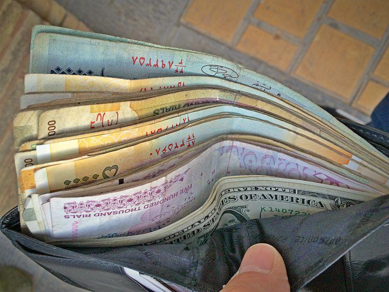 Iranische Landeswährung Rial ist nur im Land selbst erhältlich. Kredit- und EC Kartenzahlungen sind im Land nicht möglich.
