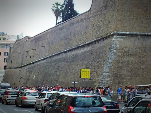 Lange Besucher Schlangen am Eingang zum Vatikanischen Museum - besser ein Fast Track Ticket buchen