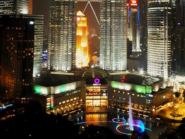 Petronas Towers in Kuala Lumpur Malaysia mit Leuchtbrunnen im KLCC Park