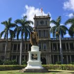 Wer ist die goldene Statue aus Hawaii Five-O und wo steht sie?