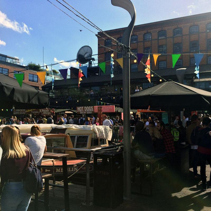 Camden Market, sehr touristisch, an sonnigen Tagen jedoch nett für ein Bierchen am Wasser