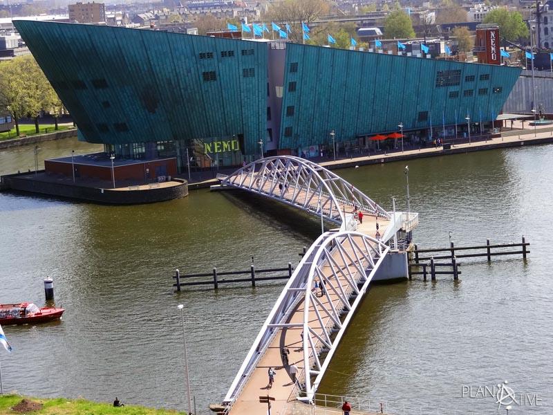 Ausblick auf dem verstecktem Rooftop Restaurant in der Bibliothek in Amsterdam, Niederlande - © Planätive